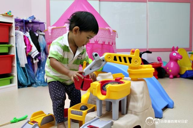 童樂繪親子遊戲館-挖土機山洞