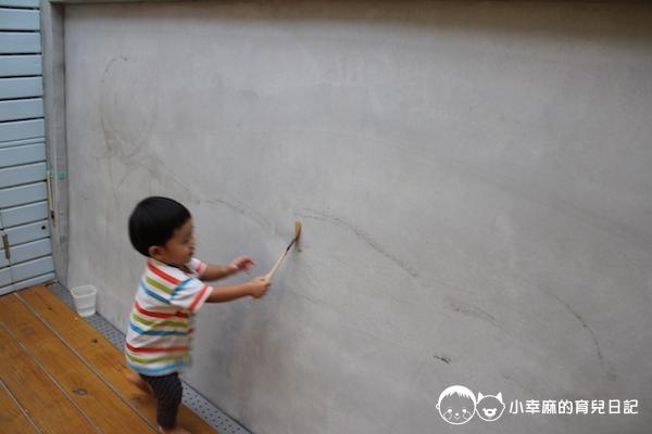 幸福童漾親子民宿-用刷子沾水畫畫的牆