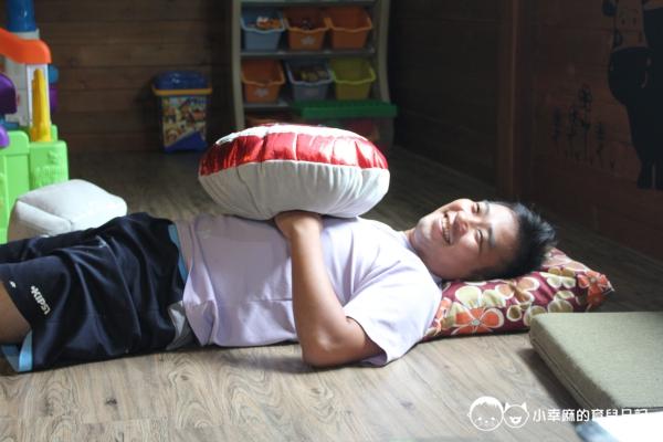 花蓮民宿羊兒煙囪-爸爸偷偷躺下陪玩