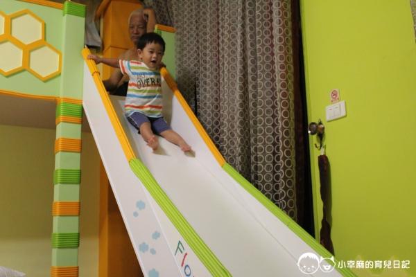月明風清民宿-小子玩溜滑梯