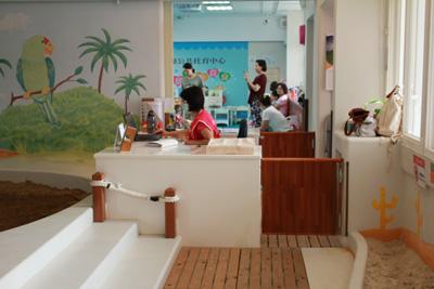 新和公共托育中心-請工作人員幫忙開玩具櫃