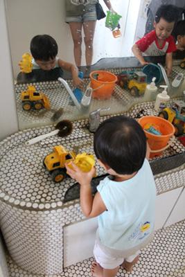 新和公共托育中心-把玩具沖洗一下再給服務人員