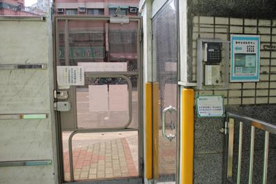 新和公共托育中心-透過對講機請服務人員幫忙開門